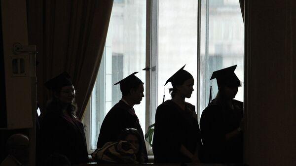 Выпускники университета на церемонии вручения дипломов с отличием. Архивное фото
