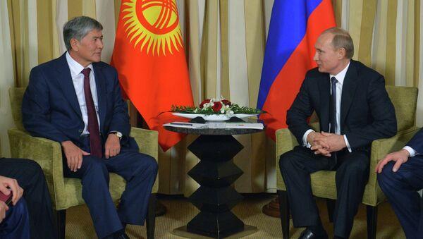 Президент России Владимир Путин и президент Киргизии Алмазбек Атамбаев. Архивное фото