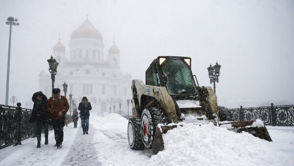 Уборка снега у Храма Христа Спасителя в Москве. Архивное фото
