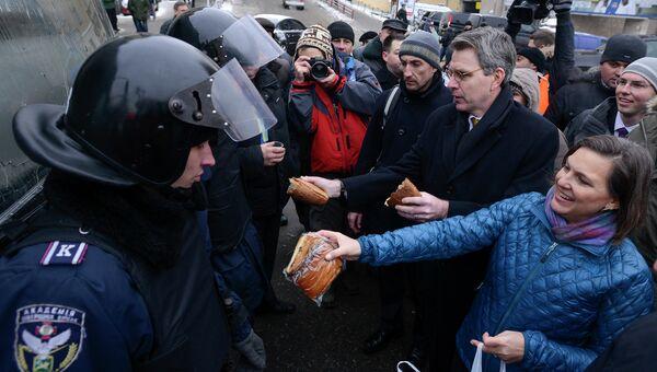 Помощник госсекретаря США по делам Европы и Евразии Виктория Нуланд и посол США на Украине Джеффри Пайетт во время визита в Киев, Украина. Архивное фото