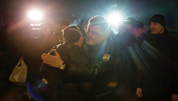 Президент Украины Петр Порошенко встречает силовиков, которые были освобождены из плена. 27 декабря 2014