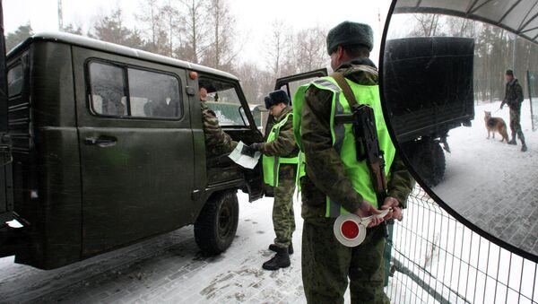 Пограничный наряд проверяет документы у пассажиров автомобиля