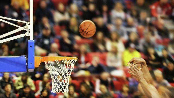 Игра в баскетбол, архивное фото