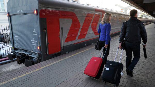 Пассажиры на перроне Ленинградского вокзала в Москве. Архивное фото