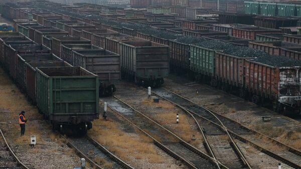 Вагоны с углем на железной дороге. Архивное фото