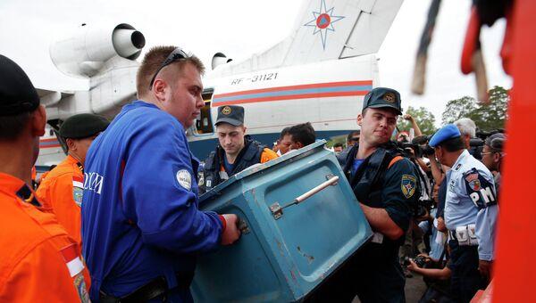 Спасатели МЧС участвуют в операции по поиску потерпевшего крушение самолета AirAsia в Индонезии