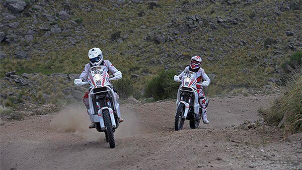 Польский мотогонщик Михал Херник (слева) на этапе Дакар-2015. Архивное фото