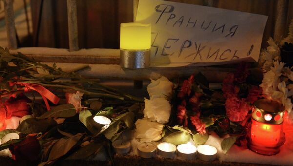 Акция скорби возле посольства Франции в Москве