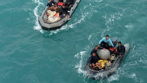 Поиски бортовых самописцев разбившегося самолета Air Asia
