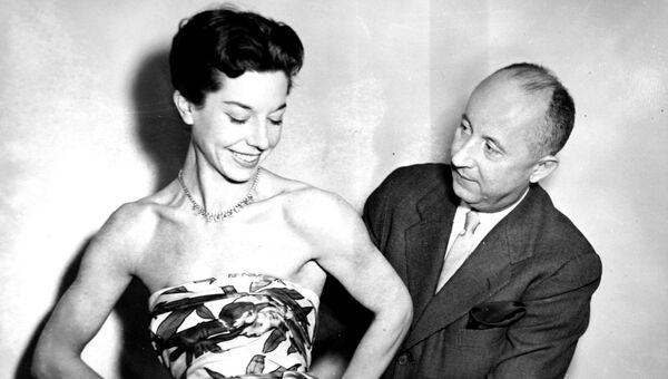 Французский дизайнер Кристиан Диор и модель Дороти Эммс. 1952