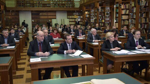 Премьер-министр РФ Д.Медведев и члены правительства знакомятся с работой Национальной электронной библиотеки