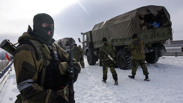 Ополченецы патрулируют дорогу в районе аэропорта Донецка. Архивное фото