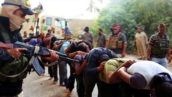 Боевики Исламского государства ведут пленных иракских солдат. Архивное фото