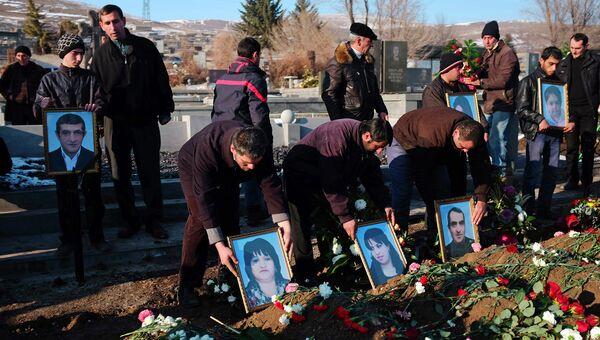 Похороны семьи из шести человек, убитой в Гюмри, Армения