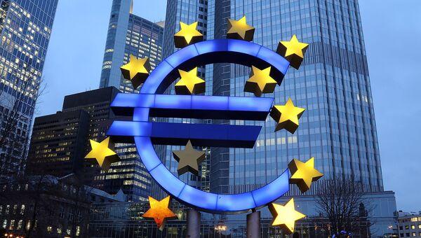 Символ евро возле здания ЕЦБ во Франкфурте, Германия. Архивное фото