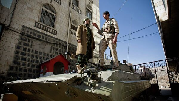 Шиитские повстанцы-хуситы неподалеку от президентского дворца в Сане, Йемен