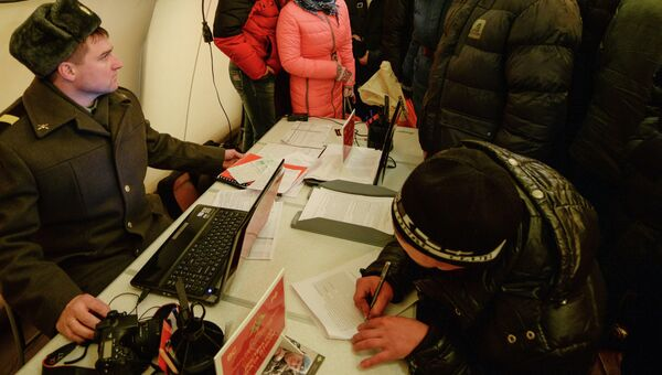 Барнаульцы на мобильном пункте отбора на военную службу по контракту