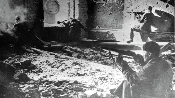 Уличный бой во время Сталинградской битвы. Архивное фото