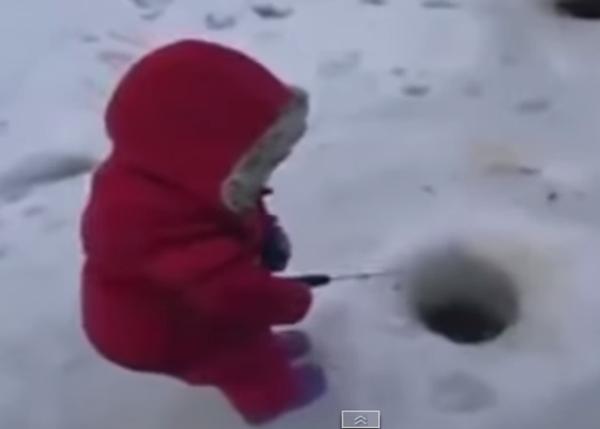 Юный поклонник рыбалки успешно закинул удочку