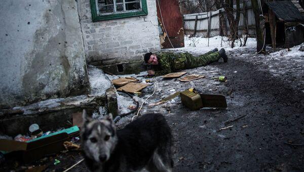 Ополченцы Донецкой народной республики патрулируют территорую возле города Дебальцево
