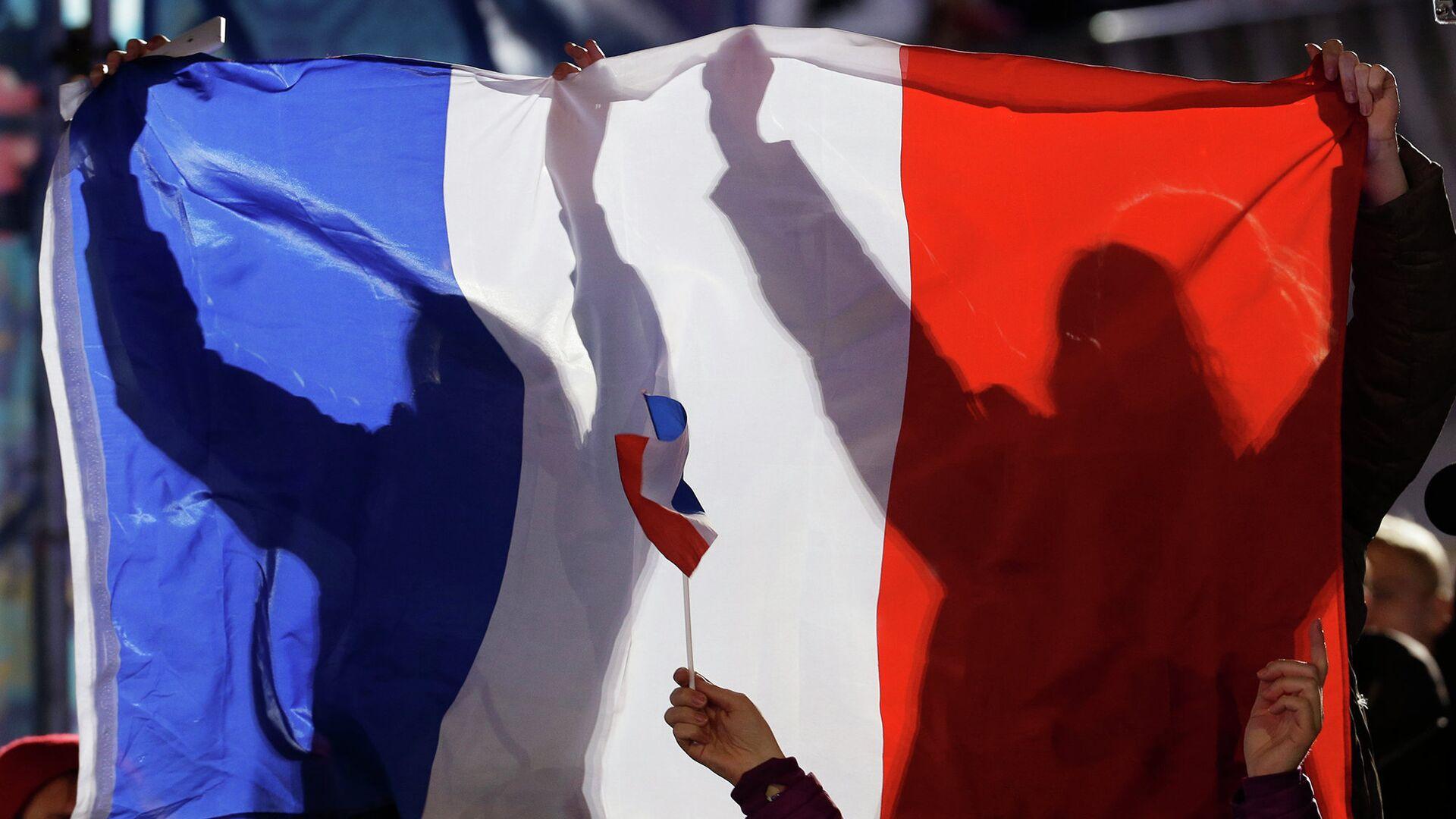 Люди держат флаг Франции - РИА Новости, 1920, 23.09.2021
