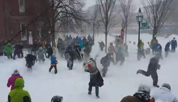 Масштабная битва в снежки