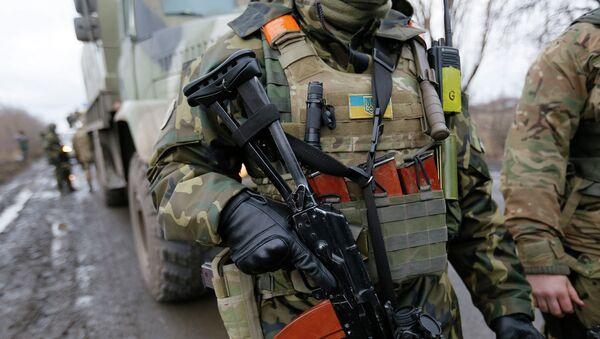 Украинский военнослужащий в районе Дебальцево, Донецкая область. Архивное фото