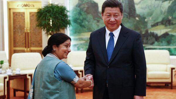Министр иностранных дел Индии Сушма Сварадж и председатель КНР Си Цзиньпин на встрече в преддверии министерского заседания в формате РИК. Пекин, 2 февраля 2015