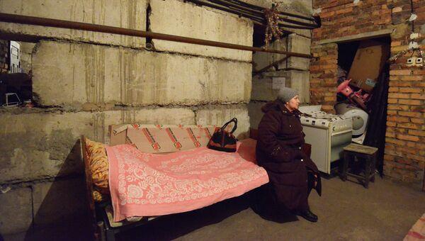 Женщина прячется в бомбоубежище во время обстрела Донецка 4 февраля 2015. Архивное фото