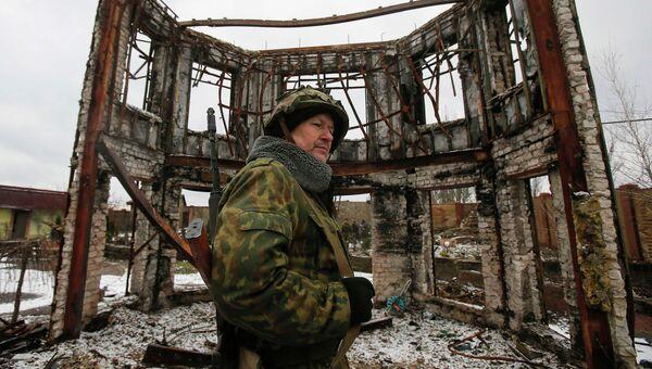 Ополченец ДНР возле здания, разрушенного в результате обстрела Углегорска Донецкой области 4 февраля 2015