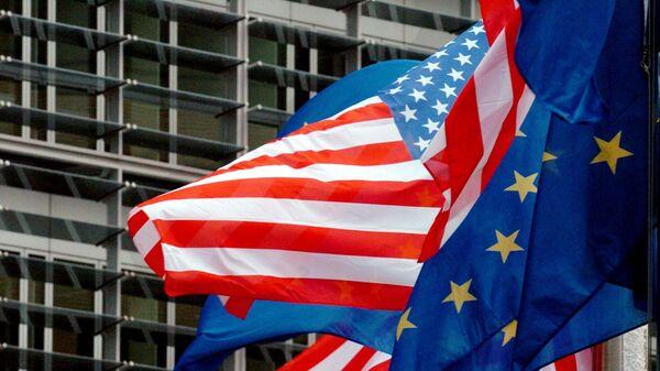 Флаги США и Евросоюза перед штаб-квартирой Еврокомиссии в Брюсселе. Архивное фото