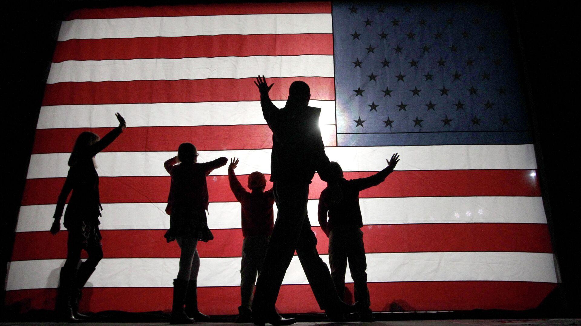 Люди на фоне американского флага - РИА Новости, 1920, 08.12.2020