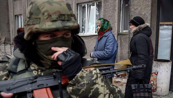Украинский солдат и мирные жители, 5 февраля 2015