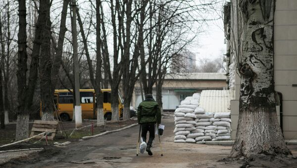 Ополченец ДНР на территории первого военного госпиталя Донецка. Архивное фото