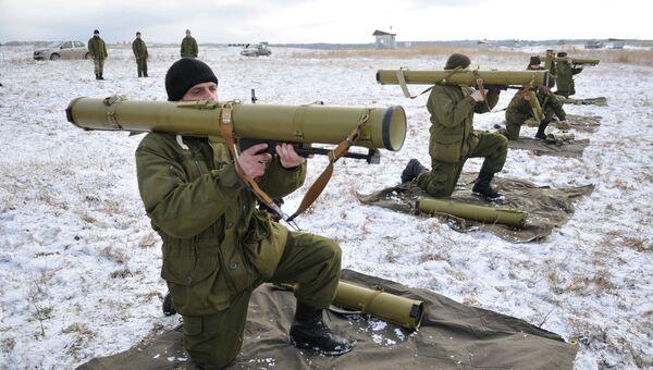 Солдаты украинской армии проходят подготовку на полигоне возле Львова, Украина. Архивное фото.