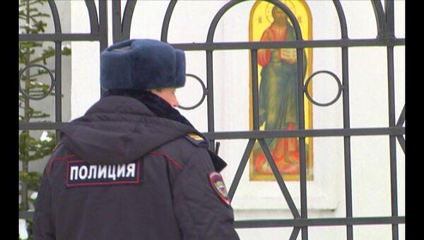 Полицейский у Воскресенского собора Южно-Сахалинска после убийства там прихожан