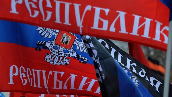 Флаги Донецкой народной республики. Архивное фото