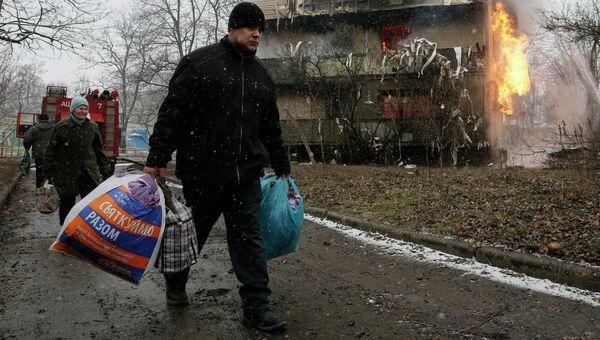 Житель поврежденного в результате обстрела дома в Донецке