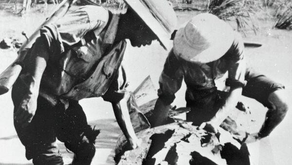 Бойцы вьетнамской Народной армии рассматривают обломки сбитого американского самолёта. Архивное фото