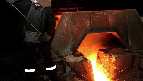 Рабочий в цехе металлургического завода. Архивное фото