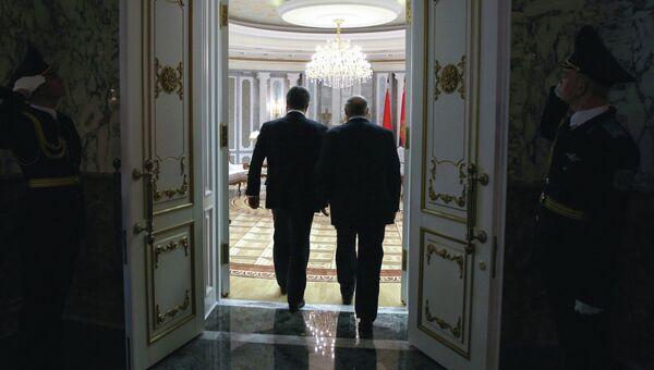 Президент Белоруссии Александр Лукашенко и президент Украины Петр Порошенко  во время встречи во Дворце независимости в Минске