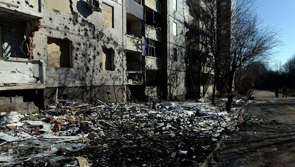 Здание подвергшееся обстрелу украинской армией в Донецке. Архивное фото