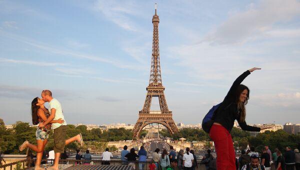 Вид на Эйфелеву башню в Париже, архивное фото