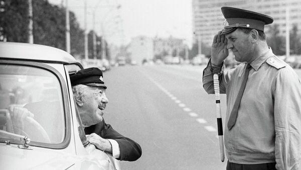 Французский киноактер Мишель Симон общается с милиционером на проспекте Калинина