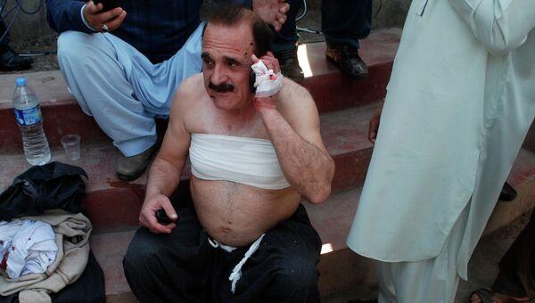 Человек пострадавший от взрыва в пакистанском Пешаваре