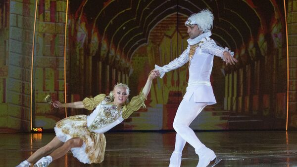 Фигуристы Брайан Жубер в роли Принца и Катарина Гербольдт в роли Принцессы выступают на закрытом премьерном показе шоу Снежный король. Архивное фото