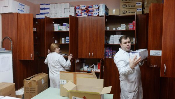 Врач 1-й городской больницы Донецка показывает лекарства, полученные с гуманитарным конвоем МЧС РФ. Архивное фото