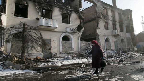 Женщина на улице Углегорска, Донецкая область. Архивное фото