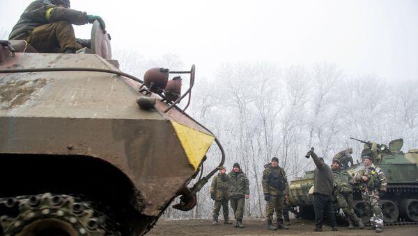 Колонна украинской военной техники возле Дебальцево.Архивное фото.