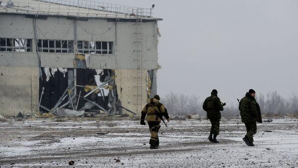 Ополченцы ДНР у разрушенного в результате обстрела здания в аэропорту города Донецка. 16 февраля 2015